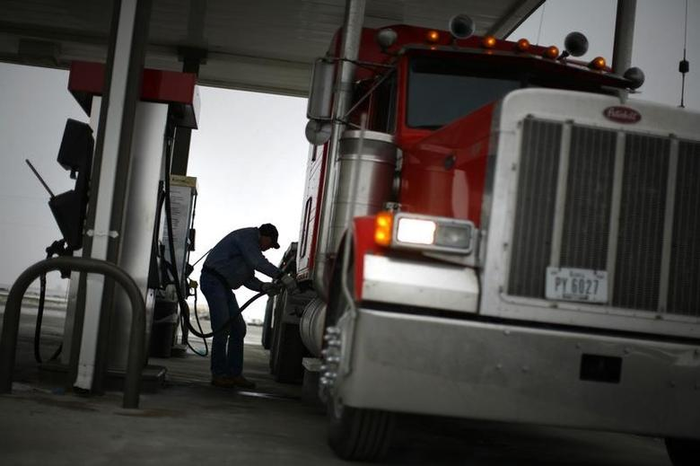 File Photo: Truck driver Randy Walker fills his rig's tanks with biodiesel fuel at a gas station in the town of Nevada, Iowa, December 6, 2007.   REUTERS/Jason Reed