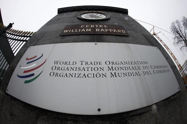 2月28日、トランプ米政権は、米国の主権を傷つけるような世界貿易機関(WTO)の判断を無視する構えとみられる。当局者がまとめた貿易政策の草案を英紙フィナンシャル・タイムズ(FT)が報じた。写真はWTO本部の入り口。ジュネーブで2013年4月撮影(2017年 ロイター/Ruben Sprich)