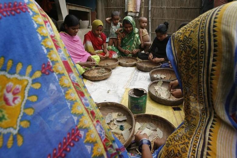 FILE  PHOTO: Women labourers make bidis (shredded tobacco hand-rolled in tendu leaves) in Baliyamuni village, about 190 km (118 miles) south from the northeastern city of Siliguri May 31, 2008. REUTERS/Rupak De Chowdhuri/Files