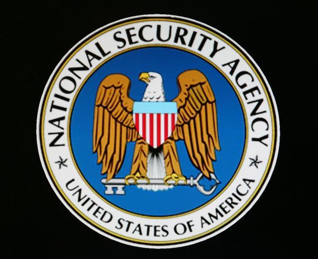 2月28日、米国家安全保障局(NSA)は、大規模な組織再編や政権との関係悪化に対する懸念で、人材流出のリスクに直面している。写真はNSAのロゴ。2006年撮影(2017年 ロイター)