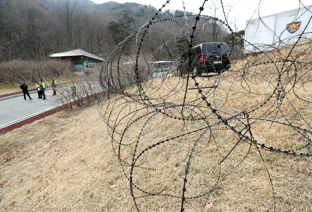 A barbed-wire fence is set up around a golf course owned by Lotte, where the U.S. Terminal High Altitude Area Defense (THAAD) system will be deployed, in Seongju, South Korea, March 1, 2017.   Kim Joon-beom/Yonhap via REUTERS