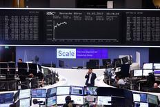 Les Bourses européennes sont en nette hausse à mi-séance et Wall Street est attendue sur la même tendance. À Paris, le CAC 40 gagne 1,55% à 4.933,43 points vers 11h55 GMT, au plus haut depuis décembre 2015. À Francfort, le Dax prend 1,36% et à Londres, le FTSE avance de 0,95%. /Photo prise le 1er mars 2017/REUTERS/Ralph Orlowski