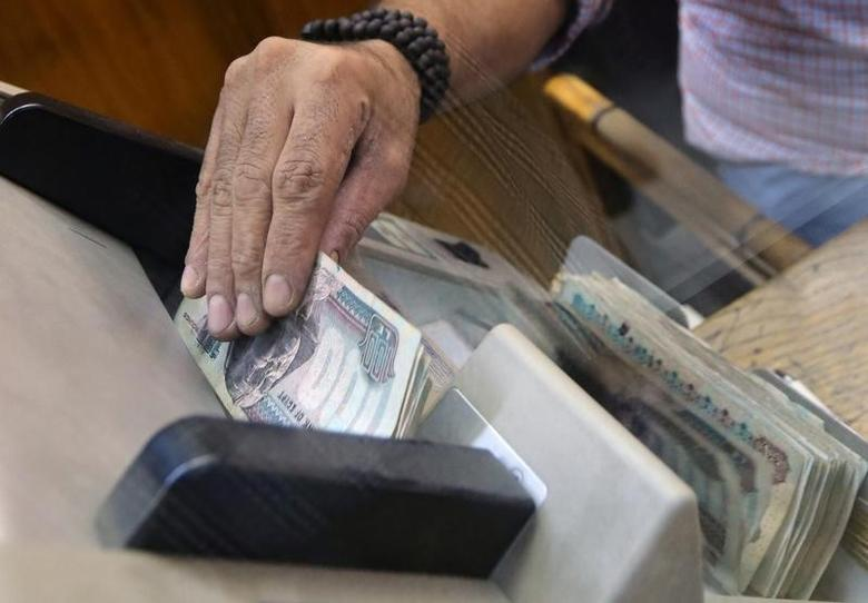 An employee counts Egyptian pounds in a foreign exchange office in central Cairo, Egypt, November 3, 2016. REUTERS/Mohamed Abd El Ghany
