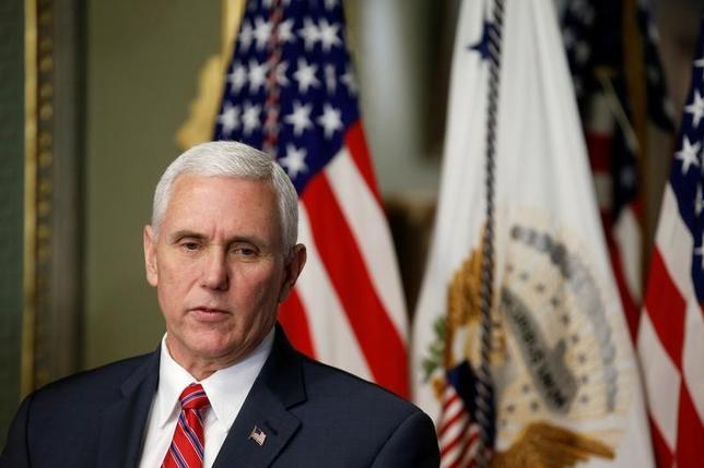 3月1日、入国制限の新たな米大統領令について、ペンス副大統領は数日中にとりまとめる考えを明らかにした。写真はワシントンで2月撮影(2017年 ロイター/Joshua Roberts)
