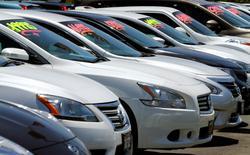 Les ventes d'automobiles aux Etats-Unis, considérées comme un indicateur avancé de la consommation des ménages, ont légèrement baissé en février, mais restent solides, selon les chiffres annoncés mercredi par les trois principaux constructeurs, qui soulignent la bonne performance des pick-ups et des SUV. /Photo d'archives/REUTERS/Mike Blake