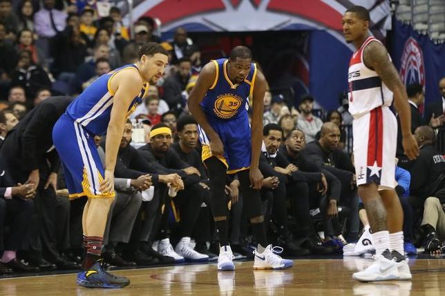3月1日、NBAはウォリアーズのケビン・デュラント(中央)がひざを痛め、長期離脱する見通しと発表した。ワシントンで2月撮影(2017年 ロイター/GeoffBurke-USA TODAY Sports)