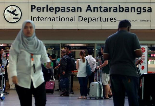 3月2日、ベルナマ通信によると、マレーシアは、北朝鮮国民に認めてきたビザ(査証)なしで入国できる制度を中止する。ザヒド副首相が発表した。写真はクアラルンプール国際空港を行きかう旅行者。マレーシアのセパンで昨年2月撮影(2017年 ロイター/Lai Seng Sin)