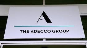 Adecco a annoncé jeudi un bénéfice supérieur aux attentes au quatrième trimestre et dit qu'il observait un renforcement des mouvements d'embauches en Europe. /Photo prise le 31 janvier 2017/REUTERS/Arnd Wiegmann