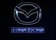 Логотип Mazda в дилерском центре в Токио 16 февраля 2017 года. Японский автопроизводитель Mazda Motor отзывает 12.301   автомобиль Mazda 6 в РФ из-за возможного дефекта подушки безопасности, говорится в сообщении Росстандарта. REUTERS/Toru Hanai