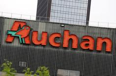 Le groupe Auchan a annoncé jeudi un plan d'investissement de 1,3 milliard d'euros en France sur trois ans destiné à accompagner son projet d'unification de ses enseignes et à dynamiser ses ventes dans l'Hexagone. /Photo d'archives/REUTERS/Jacky Naegelen