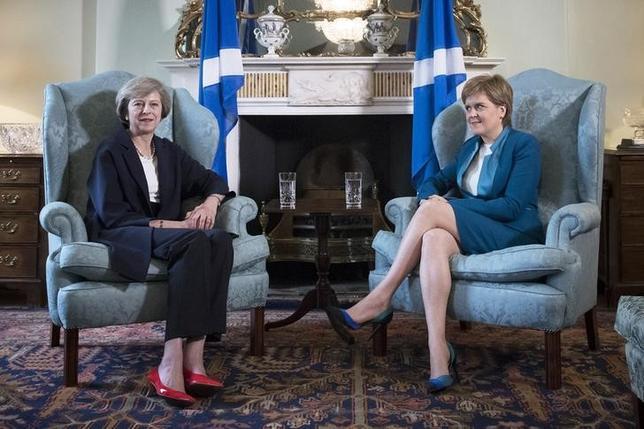 3月2日、英国のメイ首相は、グラスゴーで3日に開かれるスコットランド保守党の会合で、独立推進派であるスコットランド国民党(SNP)が政治をゲームのように扱い、公共サービス向上に力を入れるより独立に固執していると批判する。英首相府が演説の抜粋を公表した。写真は昨年7月、スコットランド・エディンバラでメイ英首相(左)とスタージョン・スコットランド首相(右)の会合で撮影(2017年 ロイター/James Glossop)