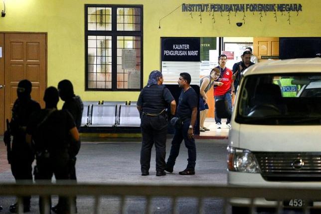 3月3日、マレーシア外務省は、クアラルンプール国際空港で先月起きた殺害事件に関連し、猛毒の神経剤VXの使用を「強く非難する」と表明した。写真はクアラルンプールの病院前でガードする警察官ら。2月撮影(2017年 ロイター/Athit Perawongmetha)