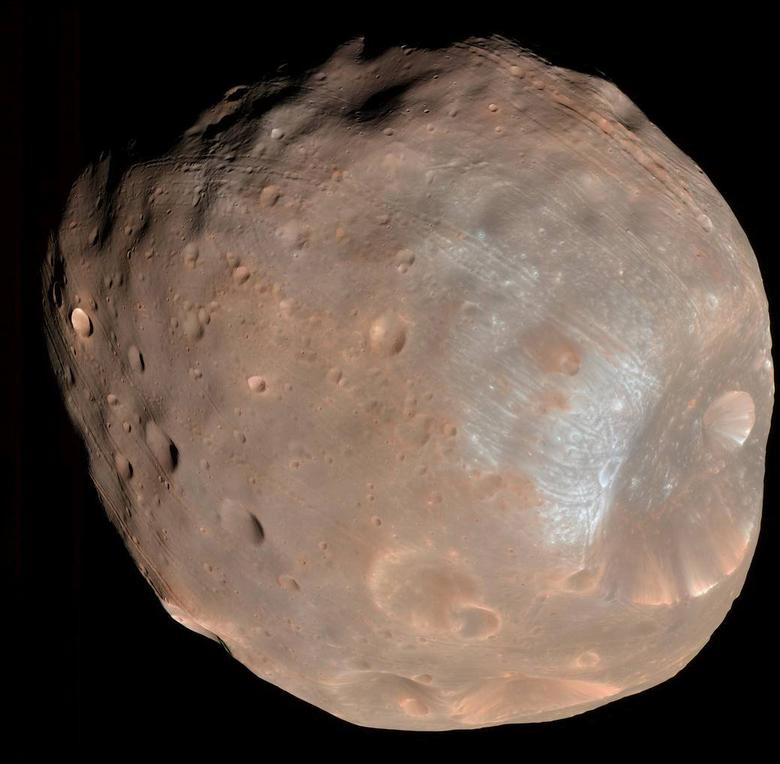 Phobos, the largest of Mar's two moons, taken by the high resolution Imaging Science Experiment (HiRISE) camera on NASA's Mars Reconnaissance Orbiter is shown in this April 9, 2008 image provided by NASA March 2, 2107.  NASA/JPL/University of Arizona/Handout via REUTERS