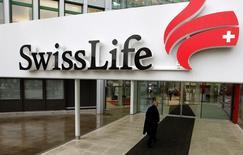 Swiss Life a proposé vendredi un dividende de 11 francs suisses par action au titre de 2016 après un bénéfice net annuel en hausse de 5% à 926 millions de francs (869,5 millions d'euros). /Photo d'archives/REUTERS/Arnd Wiegmann