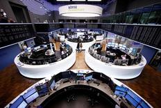 Помещение фондовой биржи во Франкфурте-на-Майне. 1 марта 2017 года. Акции Европы снизились в начале торгов пятницы из-за слабых финансовых результатов компаний, включая отчеты крупнейшего в мире рекламного холдинга WPP и производителя спецодежды Berendsen. REUTERS/Ralph Orlowski