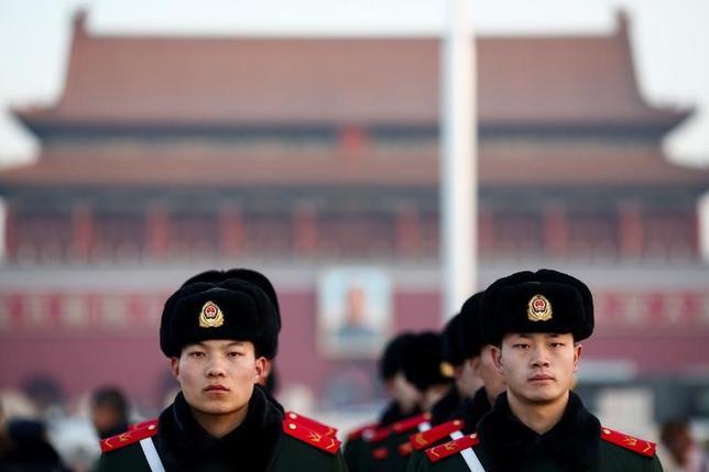 3月3日、中国の指導部は5日開幕する全国人民代表大会(全人代)で、景気刺激策ではなく経済改革を最優先課題に据える方針を示す見通しだ。写真は、全人代を控え、北京の天安門広場で警備にあたる武装警察隊員(2017年 ロイター/Thomas Peter)