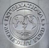 Логотип МВФ в штаб-квартире организации в Вашингтоне. 9 октября 2016 года. Международный валютный фонд во второй половине марта рассмотрит вопрос о выделении Украине ожидаемого с прошлого года транша на сумму $1 миллиард в рамках $17,5-миллиардной программы, говорится в заявлении главы миссии Рона ван Родена. REUTERS/Yuri Gripas