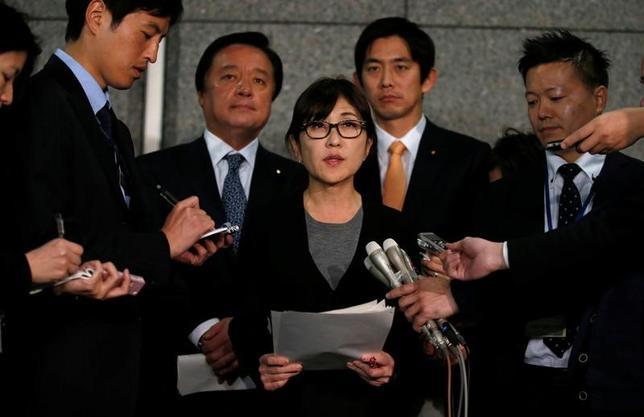 3月6日、稲田朋美防衛相(写真中央)は、北朝鮮の弾道ミサイル発射を受け、自衛隊に対し、情報収集と警戒・監視に万全を期すよう指示した。2月撮影(2017年 ロイター/Toru Hanai)