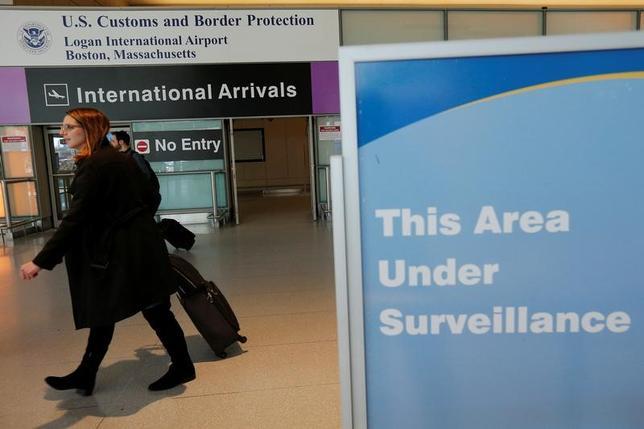 3月6日、旅行情報会社フォワードキーズは、今後3カ月の米国への旅行需要は前年比でほぼ横ばいの状態だと明らかにした。今年に入ってから好調だったが、米国への入国を制限する新たな大統領令を巡る不透明感で需要が鈍化した。写真はマサチューセッツ・ローガン空港。2月撮影(2017年 ロイター/Brian Snyder)