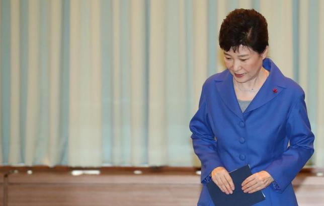 3月6日、韓国の朴槿恵大統領(写真)と親友の崔順実被告らを巡る疑惑を調べてきた特別検察官チームは、朴大統領が崔被告と共謀し、サムスングループから賄賂を受け取った容疑を認定したと発表した。ソウルで昨年12月撮影(2017年 ロイター)