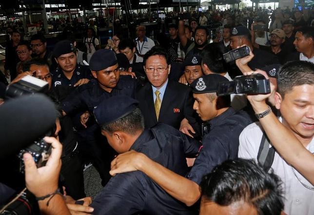 3月6日、マレーシアから国外追放処分を受けた北朝鮮の姜哲大使は、マレーシア政府の対応は両国関係に悪影響をもたらすと非難した。クアラルンプール国際空港で報道陣らに囲まれる同大使(2017年 ロイター/Lai Seng Sin)