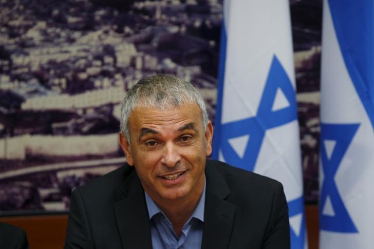 Moshe Kahlon, Israel's new Finance Minister, attends a meeting at the Finance Ministry in Jerusalem May 18, 2015. REUTERS/Ronen Zvulun
