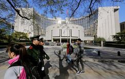 La sede del Banco de China en Pekín, nov 20, 2013. China se apegará a un tipo de cambio flotante administrado para mantener al yuan básicamente estable, dijo el lunes un vicegobernador del Banco Popular de China.     REUTERS/Jason Lee/File Photo