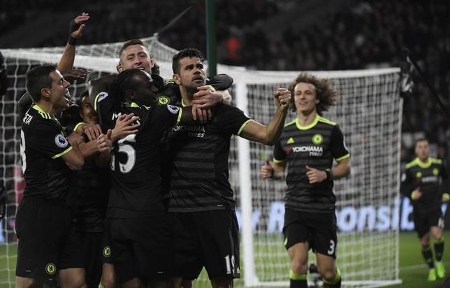 3月6日、サッカーのイングランド・プレミアリーグ、首位チェルシーはウェストハムを2─1で下した。写真は得点を喜ぶチェルシーの選手たち(2017年 ロイター)