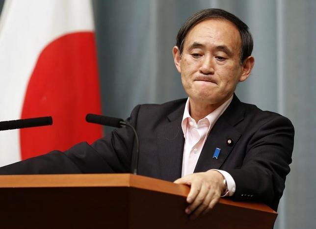 3月7日、菅義偉官房長官は閣議後会見で、この日朝行われた、安倍晋三首相とトランプ米大統領との電話会談について、「北朝鮮の脅威が新たな段階になっていることを日米で確認した」と語った。写真は都内で2014年5月撮影(2017年 ロイター/Yuya Shino)