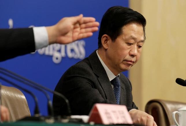 3月7日、中国の肖捷・財政相は、会見を行い、予算案の透明性に関する問題はないとの見解を示した。2017年の予算報告に国防費の具体的な数字が盛り込まれなかった理由を質問され、回答した。写真は全国人民代表大会(全人代)の記者会見に出席する同相。北京で撮影(2017年 ロイター/Jason Lee)