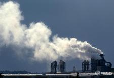 Дым поднимается из труб деревообрабатывающего завода в Хайлигенграбе 2 июня 2004 года. Промышленные заказы в Германии снизились максимально за восемь лет в январе в месячном выражении, показали данные, опубликованные во вторник, из-за резкого замедления спроса в еврозоне и внутри страны. Christian Charisius / Reuters