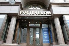 Офис Ростелекома в Москве 30 января 2010 года.  Российские фондовые индексы снижаются во вторник, хуже рынка смотрится отчитавшийся накануне о сокращении прибыли Ростелеком, а находившиеся несколько сессий под давлением акции Мосбиржи отскочили. REUTERS/Alexander Natruskin
