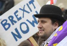 Демонстранты, поддерживающие Brexit, у здания лондонского парламента. В предварительном докладе о влиянии Brexit на финансовую отрасль Великобритании говорится, что банки и персонал уйдут из Соединённого Королевства, если не будут иметь доступа к рынкам ЕС, сообщают знакомые с докладом источники. REUTERS/Toby Melville