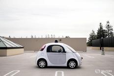 Прототип беспилотного автомобиля Google в Маунтин-Вью, Калифорния 29 сентября 2015 года.  Автомобильную отрасль ждут кардинальные перемены, вызванные ростом популярности электромобилей, беспилотников и практики совместного пользования автомобилем (каршеринга), и адаптация к этим изменениям затмит даже крупные слияния, такие как приобретение французской PSA компании Opel, сказали руководители автопроизводителей на автосалоне в Женеве. REUTERS/Elijah Nouvelage