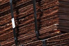 En la imagen se pueden ver cátodos de cobre la mina de Chuquicamata,  cerca de la ciudad de Calama, en Chile. 1 de abril 2011.Los precios del cobre cayeron el martes a mínimos de varias semanas ante liquidaciones de posiciones largas, porque los grandes volúmenes en las existencias del metal hacían temer un abundante suministro, pese a paralizaciones en importantes yacimientos. REUTERS/Ivan Alvarado