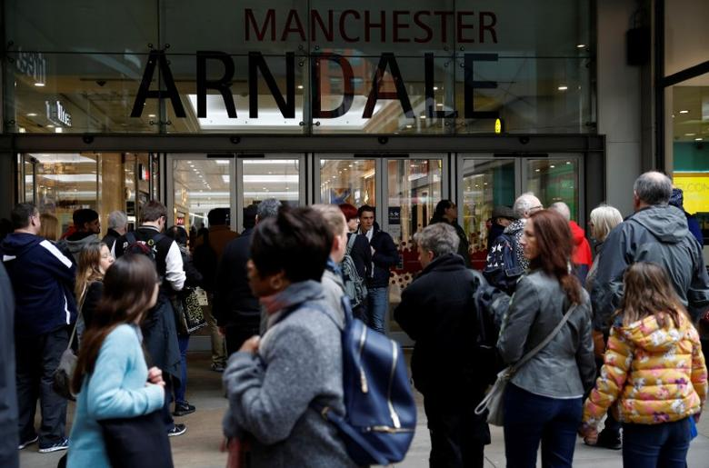 Shoppers enter the Arndale shopping centre in Manchester, northern Britain, February 21, 2017. REUTERS/Phil Noble - RTS1076K