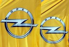 En la foto, los logos del fabricante alemán de coches Opel en un concesionario en Niza, Francia, el 23 de febrero de 2017. La industria automotriz global se enfrenta a fuertes cambios con el aumento de los automóviles eléctricos, la conducción automatizada y el uso compartido de vehículos, y la adaptación a estos eclipsará incluso grandes fusiones como la compra de Opel por parte de PSA.REUTERS/Eric Gaillard