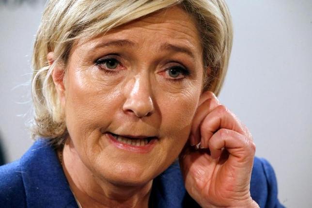 3月7日、フランス大統領選に関する世論調査によると、第1回投票でマクロン、ルペン両氏の支持率がきっ抗している。写真はルペン氏。ピュトーで6日撮影(2017年 ロイター/Charles Platiau)