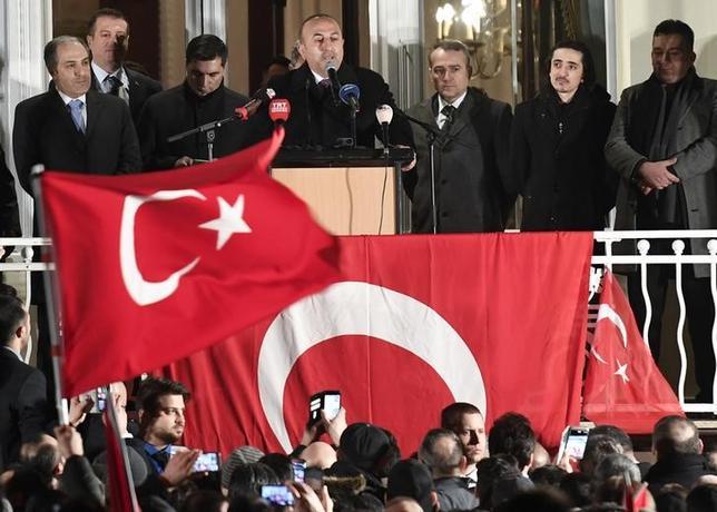 3月7日、トルコのチャブシオール外相(写真上段中央)は、ドイツ政府がトルコ系住民に組織的な圧力を加えていると批判した。写真はドイツ・ハンブルグで憲法改正の是非を問う国民投票を前にスピーチする同外相(2017年 ロイター/Fabian Bimmer)