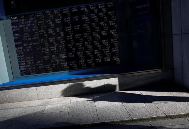 3月8日、東京株式市場で日経平均は4日続落した。前日の米国株安が重しとなる中、日中は先物主導で売られ、一時140円を超す下げとなった。終値は2月28日以来、1週間ぶりの水準まで下落した。写真は都内の株価ボード。昨年11月撮影(2017年 ロイター/Issei Kato)