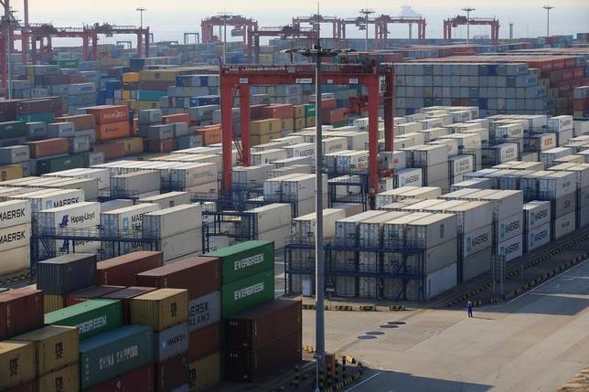 3月8日、中国税関総署が公表したデータによると、2月のドル建て貿易収支は91億5000万ドルの赤字となった。赤字は3年ぶり。写真は上海で2月撮影(2017年 ロイター/Aly Song)