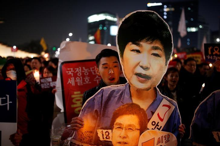 People march toward the Presidential Blue House during a protest demanding South Korean President Park Geun-hye's resignation in Seoul, South Korea, January 7, 2017.  REUTERS/Kim Hong-Ji/Files