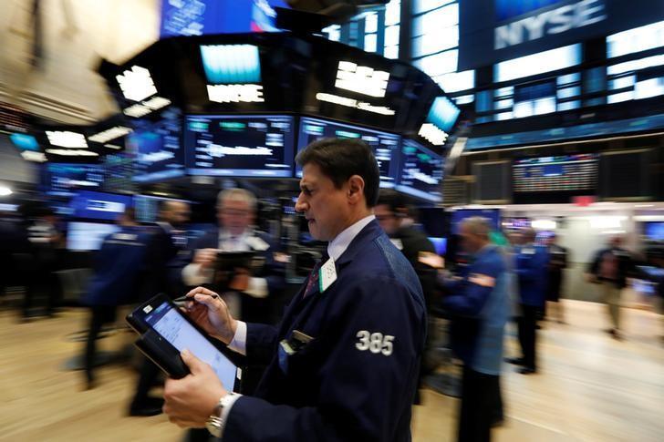 3月8日,纽约证交所内忙碌的交易员们。REUTERS/Brendan McDermid