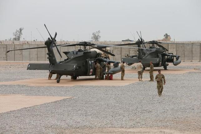 3月8日、米当局者がロイターに明らかにしたところによると、トランプ政権は過激派組織「イスラム国(IS)」との戦いの予備部隊としてクウェートに最大1000人の米軍兵士を派遣することを検討している。イラクの米軍基地で1日撮影撮影(2017年 ロイター/Azad Lashkari)