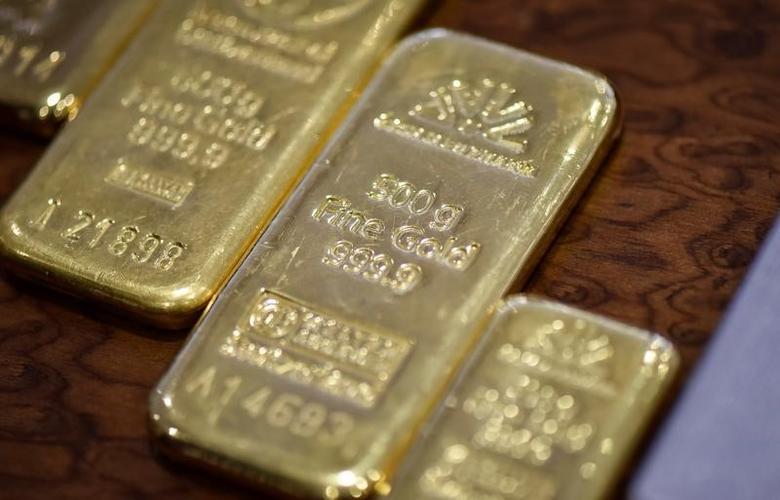 Gold bars are seen at the Kazakhstan's National Bank vault in Almaty, Kazakhstan, September 30, 2016.  REUTERS/Mariya Gordeyeva