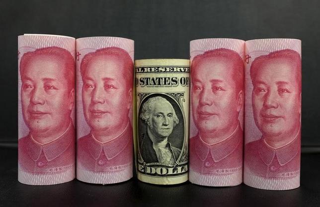 3月9日、複数の市場筋によると、中国の国有銀行が、9日の国内為替市場でドルを売っているもよう。人民元を買い支えることが目的とみられるという。写真は北京で昨年1月撮影(2017年 ロイター/Jason Lee)