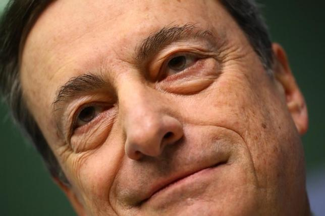 3月9日、ECBは理事会で主要金利と資産買い入れ策を据え置いた。写真は9日、フランクフルト会見するドラギECB総裁(2017年 ロイター/Kai Pfaffenbach)