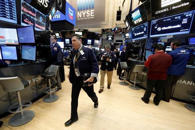3月9日、米国株式市場は小幅高。2月雇用統計の発表を控える中、終盤にかけてエネルギー株が買い戻され、持ち直した。ニューヨーク証券取引所で8日撮影(2017年 ロイター/Brendan McDermid)