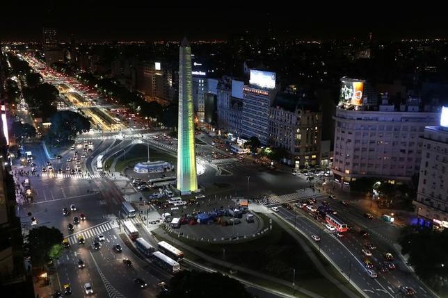 3月9日、アルゼンチン政府がインフラ整備計画の一環として予定している鉄道インフラの入札に、日本の大手商社3社を含む複数の企業が関心を示していることが、福嶌教輝駐アルゼンチン大使の話で明らかになった。 写真はブエノスアイレス市街。2014年6月撮影(2017年 ロイター/Enrique Marcarian)