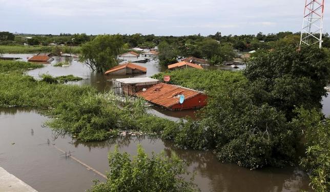 3月9日、米国立気象局(NWS)内の気象予報センター(CPC)は、月報を発表し、今年後半に太平洋赤道域東部の海面水温が平年を上回るエルニーニョ現象が発生する可能性があるとの見通しを示した。写真はエルニーニョによる豪雨で浸水した住宅。パラグアイのアスンシオンで2015年12月撮影(2017年 ロイター/Jorge Adorno)